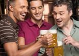 Gente bebiendo cerveza